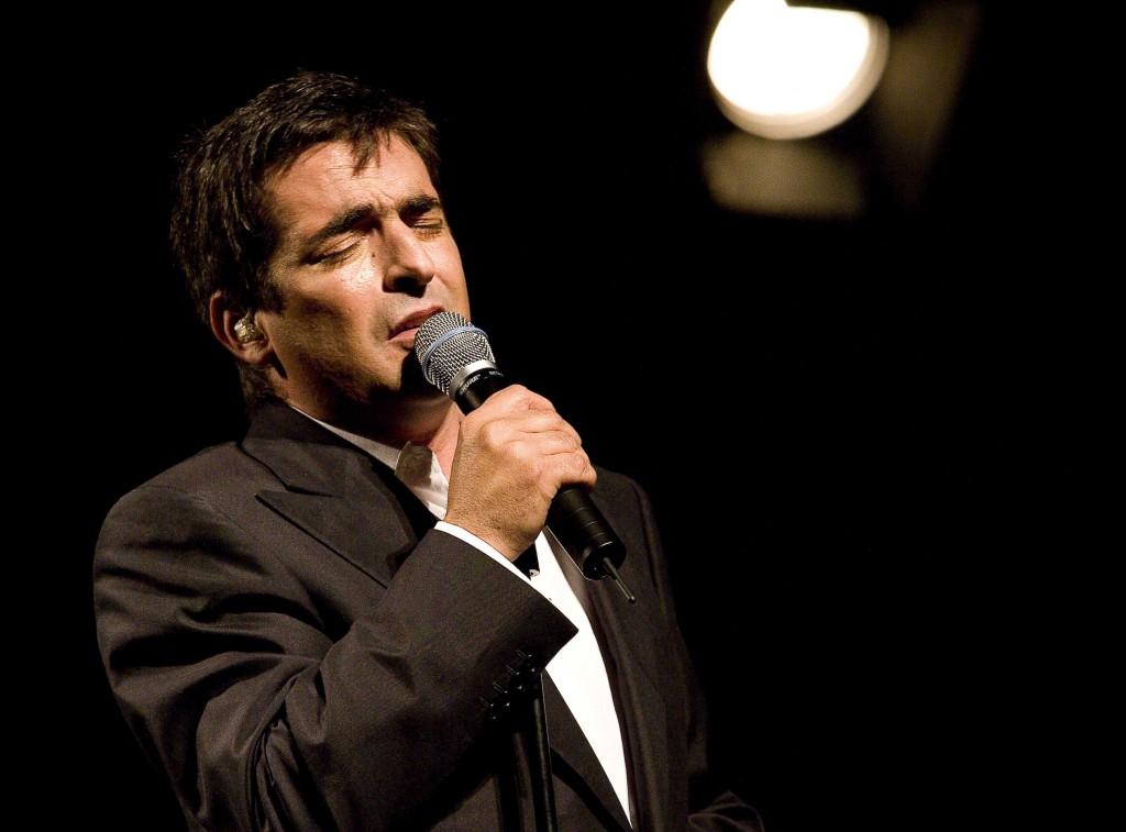 """O cantor Camane no espetaculo de apresentação do album """"Sempre de Mim no coliseu de Lisboa  fotografado por Reinaldo Rodrigues a 16 de Maio de 2008"""