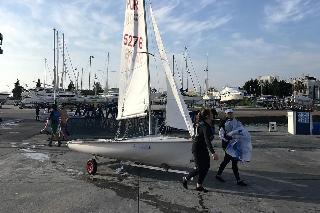 equipa feminina a chegar do mar depois do treino de vela